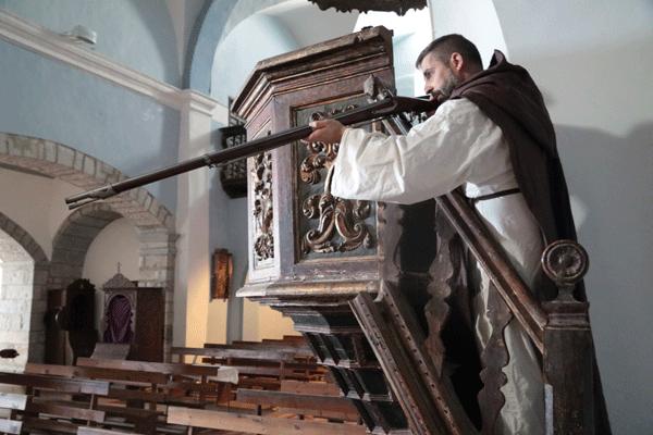 Luchando en la iglesia