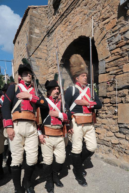 Voluntarios de Aragón desfilando por Embún