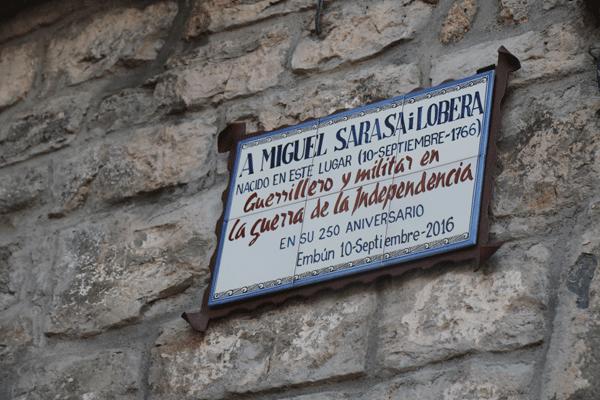 Placa en recuerdo de Miguel Sarasa